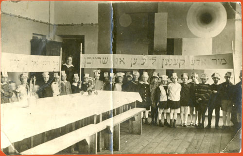 Teacher Stefania Szabad with a class in a Yiddish school