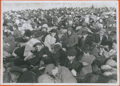 Photograph of a mass of people awaiting deportation